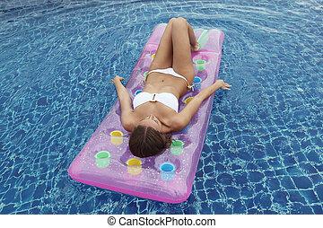 femme, flotter, dans, piscine