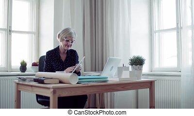femme, fonctionnement, bureau., ordinateur portable, actif, maison, personne agee