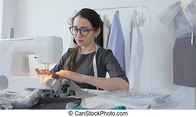 femme, fonctionnement, business, concept., couture, jeune, concepteur, machine, elle, studio, petit, passe-temps, vêtements