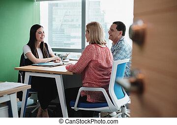 femme, fonctionnement, comme, conseiller investissement, parler, clients, dans, bureau