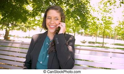 femme, fonctionnement, conversation, millennial, garez banc, téléphone, sourire, intelligent, heureux