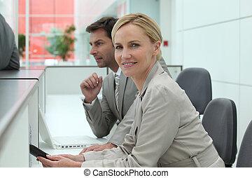 femme, fonctionnement, derrière, bureau réception, homme
