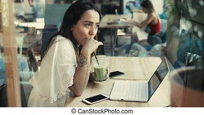 femme, fonctionnement, ordinateur portable, jeune, informatique, sérieux