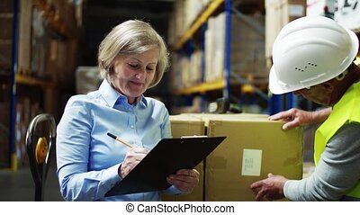 femme, fonctionnement, ouvrier, directeur, warehouse., homme aîné