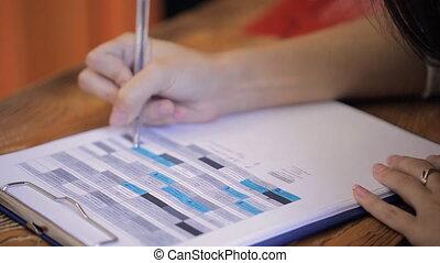 femme, fonctionnement, paper., haut, imprimé, fin, table, vue