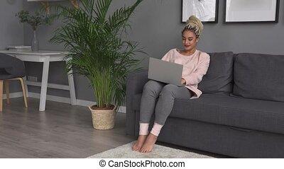 femme, fonctionnement, sofa, ordinateur portable, jeune, maison