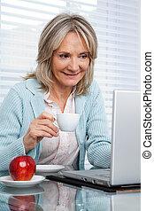 femme, fonctionnement, tasse, thé, ordinateur portable, quoique, avoir