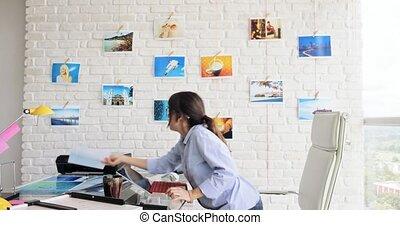 femme, fonctionnement, vérification, photographe, hispanique, studio, images