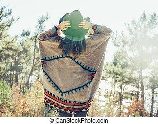 femme, forêt, marche