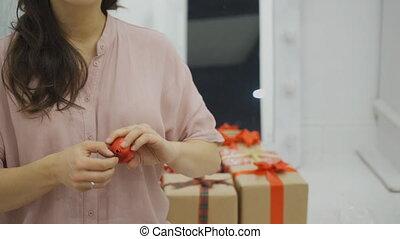femme, formulaire, arbre, bras, décoration, rouges, tournoyer, noël, ball.