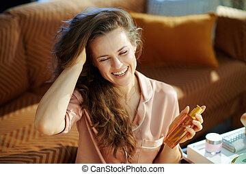 femme foyer, bouteille, huile, tenue, sourire, cheveux, ...