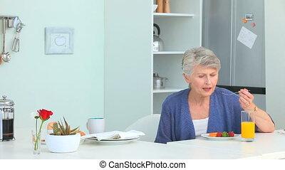 femme, fraises, manger, mûrir