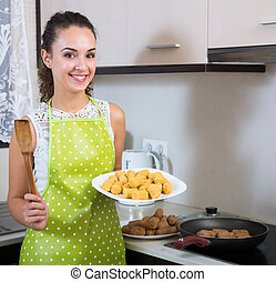 femme, friture, croquettes, rempli