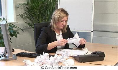 femme, frustré, bureau