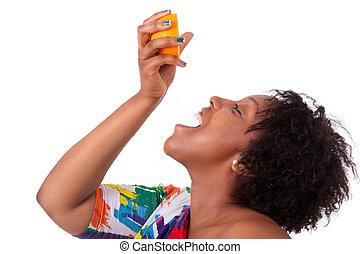 femme, gens, -, blanc, excès poids, jeune, isolé, jus, arrière-plan noir, africaine, orange, boire