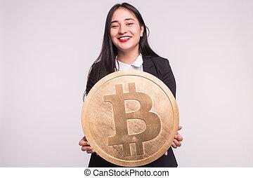 femme, grand, concept., bitcoin, cryptocurrency, arrière-plan., asiatique, tenue, blanc, investissement