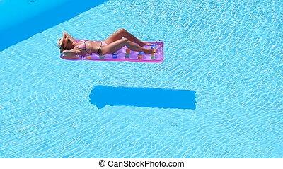 femme, grand, jeune, air, bikini, matelas, piscine, natation