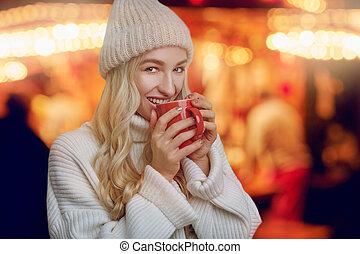 femme, grande tasse, café chaud, jeune, apprécier