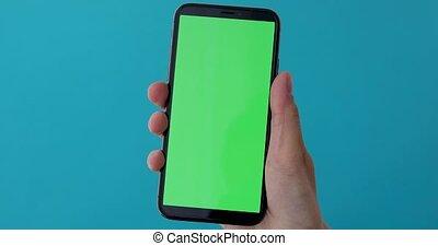 femme, greeen, écran, tient, main, smartphone