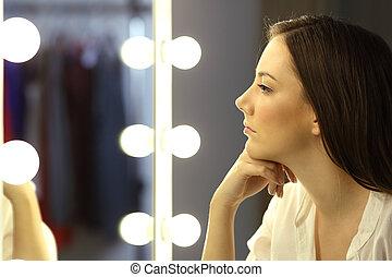 femme, grimer, regarder, miroir, sérieux