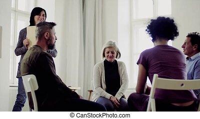 femme, groupe, gens, conseiller, conversation, autre, pendant, therapy.