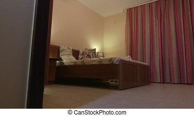 femme, hôtel, lit, magazine, chambre à coucher, maison, lecture, ou, mensonge