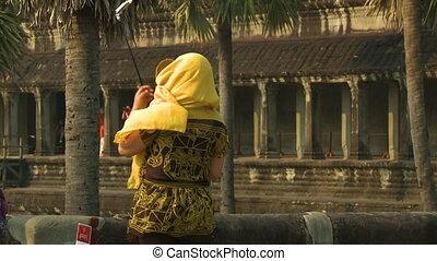 femme, habillé, jaune