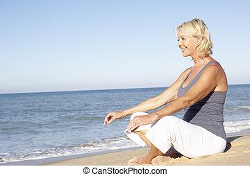 femme, habillement, méditer, fitness, personne agee, plage
