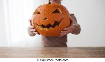 femme, halloween, haut fin, maison, citrouille