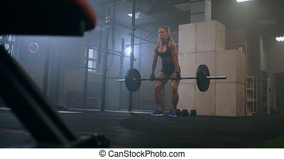 femme, haltérophilie, sur, exercices, tête, exécute, ascenseurs, elle, barre