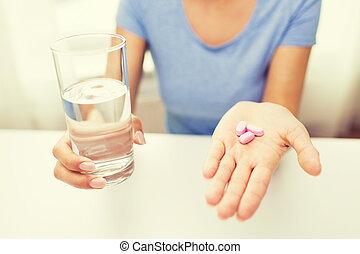 femme, haut, eau, mains, fin, pilules