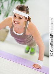femme, haut, fitness, poussée, confection, exercice, heureux