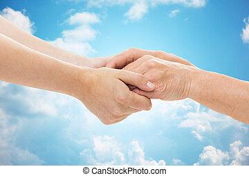 femme, haut, jeune, tenant mains, fin, personne agee