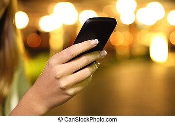 femme, haut, main, téléphone, nuit, fin, utilisation, intelligent