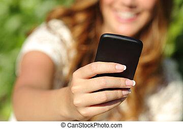 femme, haut, main, téléphone, utilisation, fin, intelligent, heureux