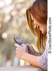 femme, haut, téléphone, utilisation, fin, intelligent, heureux
