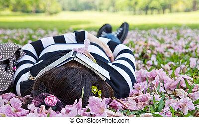 femme, herbe, asiatique, dormir