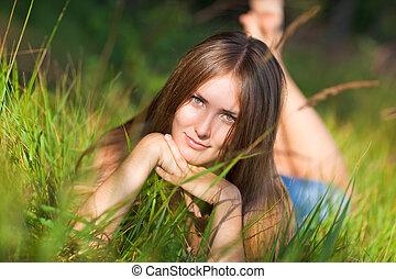 femme, herbe, jeune, mensonge