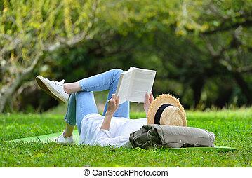 femme, ), herbe, livre, vert, park(, dehors, lecture, mensonge, heureux