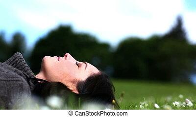 femme, herbe, parc, pose
