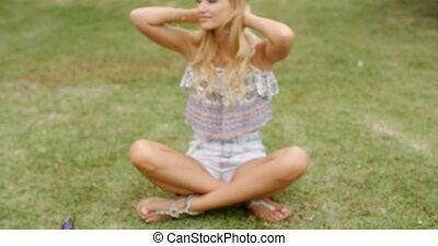 femme, herbeux, séance, blonds, joli, terrestre