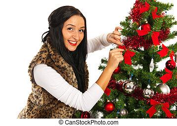 femme heureuse, arbre, noël, décorer