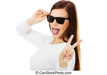 femme heureuse, brunette, sunglasses.