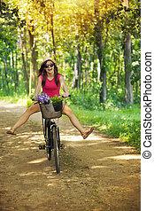 femme heureuse, cavalcade, forêt, apprécier, cycle