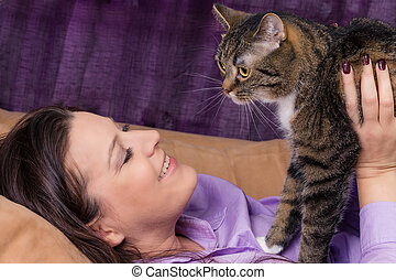 femme heureuse, chat