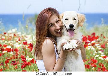 femme heureuse, chien, jeune