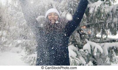 femme heureuse, chute neige, promenade, hiver, forest., frais, apprécie, air