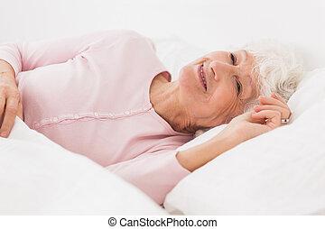 femme heureuse, dans lit