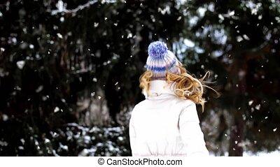 femme heureuse, forêt, dehors, sourire, hiver