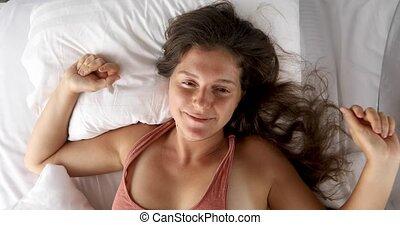 femme heureuse, haut, lit, woke